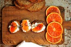 Prima colazione italiana vegetariana con l'arancia sanguinella ed il panino di ricotta Fotografia Stock