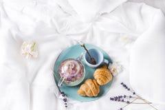 Prima colazione a letto Immagine Stock Libera da Diritti