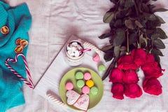 Prima colazione a letto con le rose rosse ed il cuore degli zuccheri canditi Fotografia Stock Libera da Diritti