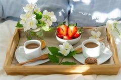 Prima colazione a letto per due fotografie stock libere da diritti