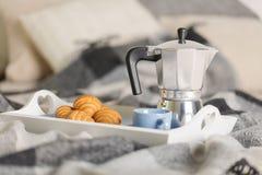 Prima colazione a letto Su un vassoio bianco ci sono una macchinetta del caffè, una tazza ed i croissant blu del caffè fotografie stock libere da diritti
