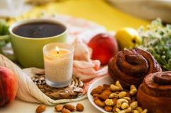Prima colazione a letto, un vassoio di tè, croissant, frutta, fiori Mattina Appartamento accogliente romanzesco disposizione lumi fotografie stock