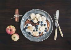 Prima colazione messa sullo scrittorio di legno scuro: pancake della cannella e della mela Fotografie Stock Libere da Diritti