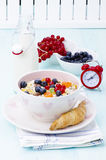 Prima colazione: muesli con berrie e latte immagine stock