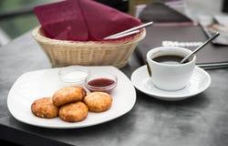Prima colazione nella caffetteria Immagini Stock Libere da Diritti