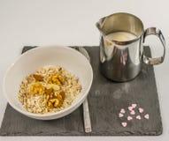 Prima colazione nutriente della farina d'avena con frutta ed i vari dadi con Fotografie Stock