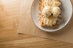Prima colazione o dessert meravigliosa - gelato alla vaniglia con la salsa del caramello sulla cialda belga con le fette di pera  Fotografie Stock Libere da Diritti
