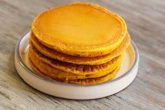 Prima colazione - pancake della zucca per l'autunno, la caduta e Halloween Fotografie Stock