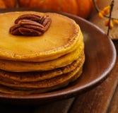 Prima colazione - pancake della zucca per l'autunno, la caduta e Halloween Fotografia Stock