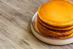 Prima colazione - pancake della zucca per l'autunno, la caduta e Halloween Immagini Stock