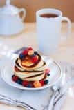 Prima colazione, pancake fertili con le bacche fresche Fotografia Stock
