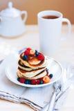 Prima colazione, pancake fertili con le bacche fresche Immagini Stock