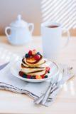 Prima colazione, pancake fertili con le bacche fresche Immagini Stock Libere da Diritti