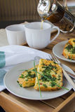 Prima colazione: Pane inzuppato in latte/uova e zucchero e fritto in padella su una coppia di piatti, tazze di tè bianche, luce n Fotografia Stock