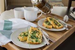 Prima colazione: Pane inzuppato in latte/uova e zucchero e fritto in padella su una coppia di piatti, tazze di tè bianche, luce n Fotografia Stock Libera da Diritti