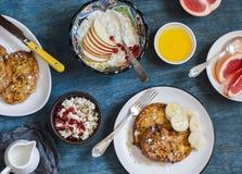 Prima colazione - pane tostato francese del caramello con la banana, la ricotta con granola ed il melograno, porridge della farin fotografia stock
