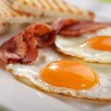 Prima colazione - pani tostati, uova, pancetta affumicata Immagine Stock Libera da Diritti