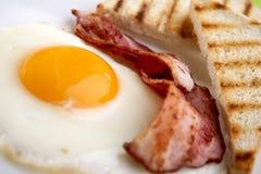 Prima colazione - pani tostati, uova, pancetta affumicata Fotografie Stock Libere da Diritti