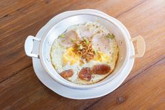 Prima colazione, pentola delle uova fritte Immagini Stock Libere da Diritti
