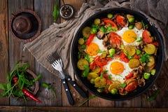 Prima colazione per due Uova fritte con le verdure - shakshuka in una padella fotografia stock