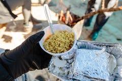 Prima colazione per il turista nel pacchetto sventato con la tagliatella istantanea cucinata nella ciotola nell'inverno in allo z Fotografie Stock Libere da Diritti