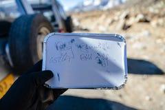 Prima colazione per il turista nel pacchetto sventato nell'inverno in allo zero assoluto a Lachung Il Sikkim del nord, India Immagini Stock