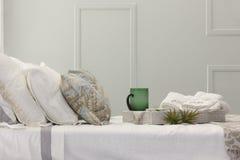 Prima colazione pronta essere servito sopra un letto con gli asciugamani Fotografie Stock