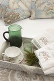 Prima colazione pronta essere servito sopra un letto con gli asciugamani immagine stock libera da diritti