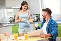 Prima colazione ricca del servizio della donna al marito immagine stock libera da diritti