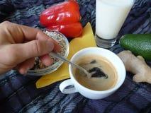 Prima colazione ricca sana con il latte ed il caffè del granola Immagini Stock Libere da Diritti