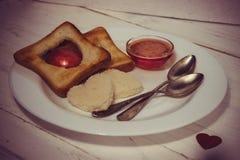 Prima colazione romantica della prima colazione per gli amanti Pane tostato ed ostruzione valenti Immagini Stock Libere da Diritti