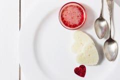 Prima colazione romantica della prima colazione per gli amanti Pane tostato ed ostruzione valenti Fotografia Stock Libera da Diritti