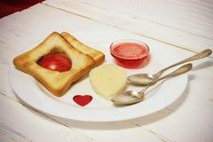 Prima colazione romantica della prima colazione per gli amanti Pane tostato ed ostruzione valenti Immagine Stock Libera da Diritti