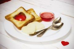 Prima colazione romantica della prima colazione per gli amanti Pane tostato ed ostruzione valenti Fotografie Stock Libere da Diritti