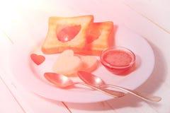 Prima colazione romantica della prima colazione per gli amanti Pane tostato ed ostruzione valenti Immagine Stock