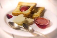 Prima colazione romantica della prima colazione per gli amanti Pane tostato ed ostruzione valenti Fotografia Stock