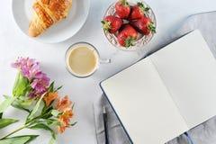 Prima colazione romantica di mattina - MAG del caffè fotografia stock