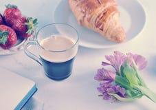 Prima colazione romantica di mattina - MAG del caffè fotografie stock libere da diritti