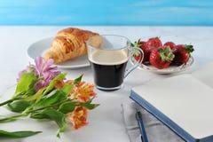 Prima colazione romantica di mattina - MAG del caffè, taccuino vuoto fotografie stock