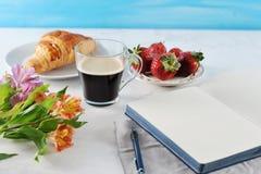 Prima colazione romantica di mattina - MAG del caffè, taccuino vuoto fotografia stock
