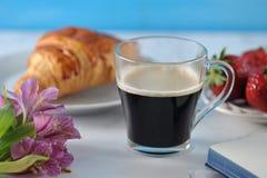 Prima colazione romantica di mattina - MAG del caffè, taccuino vuoto immagine stock libera da diritti