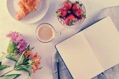 Prima colazione romantica di mattina - MAG del caffè, taccuino vuoto fotografie stock libere da diritti