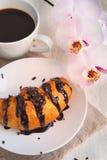 Prima colazione romantica - reggiseno del croissant, del cioccolato, del caffè e dell'orchidea Fotografia Stock
