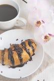 Prima colazione romantica - reggiseno del croissant, del cioccolato, del caffè e dell'orchidea Immagini Stock