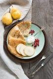 Prima colazione russa tradizionale saporita del pancake con crema e dei frutti sul piatto Stile rustico Spazio per il vostro Fotografia Stock