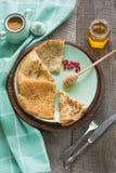 Prima colazione russa tradizionale saporita del pancake con miele sul piatto Stile rustico Spazio per il vostro testo Fotografia Stock Libera da Diritti