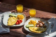 Prima colazione rustica dell'omelette, della salsiccia, del korn e del pomodoro Immagine Stock Libera da Diritti