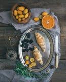 Prima colazione rustica messa: croissant del cioccolato sul piatto del metallo, fresco immagine stock