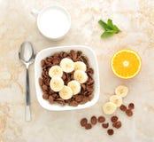 Prima colazione sana - cereale del cioccolato con la banana fotografie stock libere da diritti