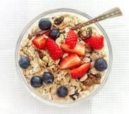 Prima colazione sana, ciotola di muesli con latte fotografia stock
